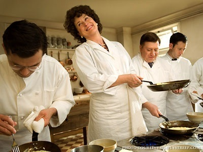 julie-julia-production-still-meryl-streep-4552552-400-300-11